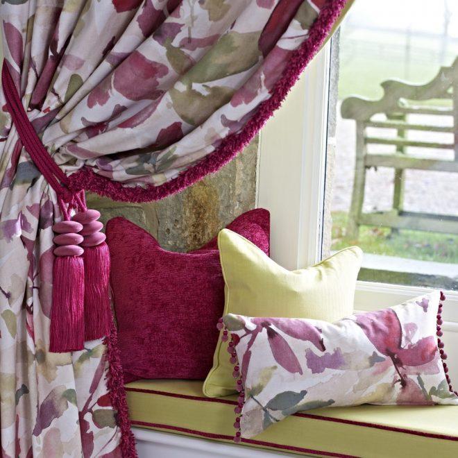 Подушки и шторы насыщенных цветов