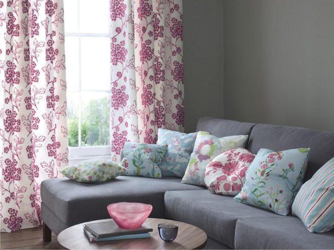 Оформление зоны дивана и окна текстилем