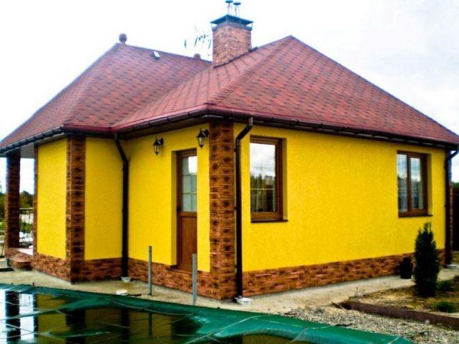 Дом с ярко-жёлтыми стенами снаружи