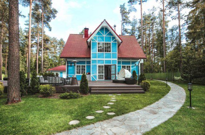 Деревянный дом с ярко-голубыми фасадами