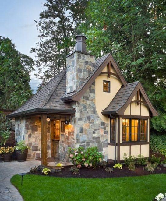 Небольшой домик с каменной отделкой фасада