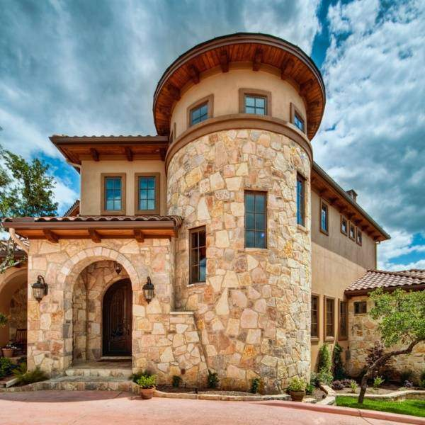 Большой дом с каменной отделкой фасада