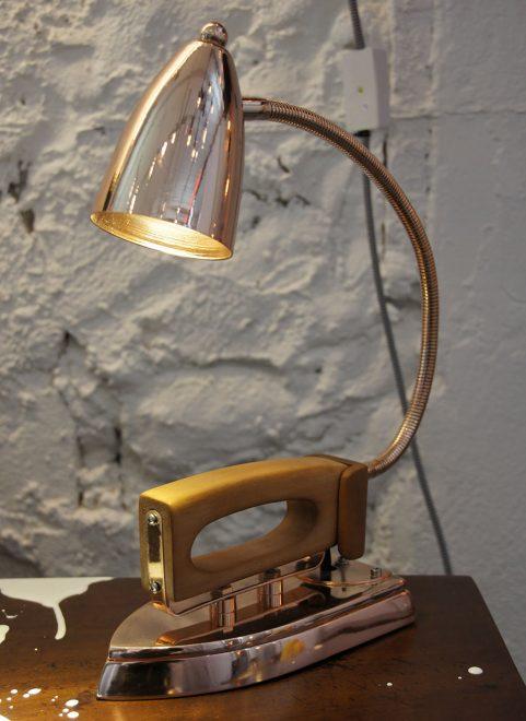 лампа из старого утюга