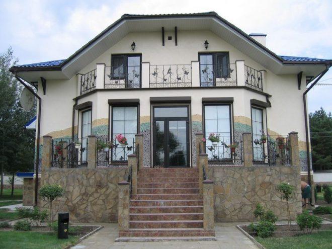 Дом с коваными элементами во внешней отделке
