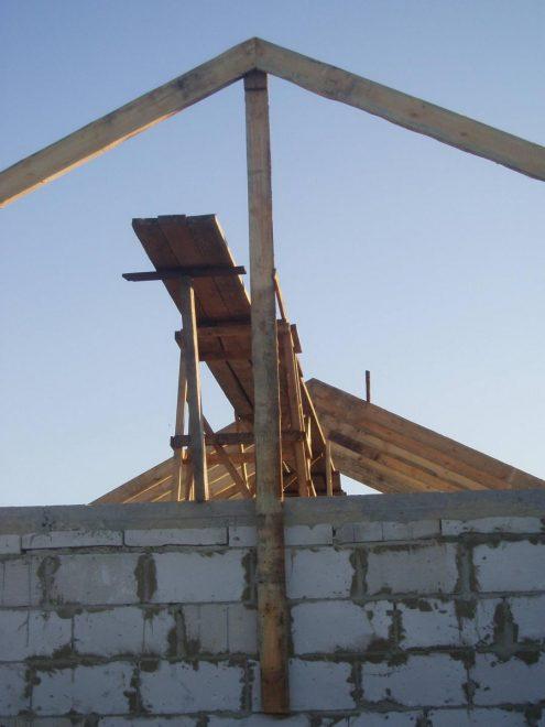 Установка первой пары стропил на крыше
