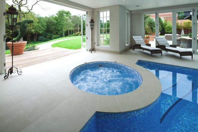 Дом с крытым бассейном