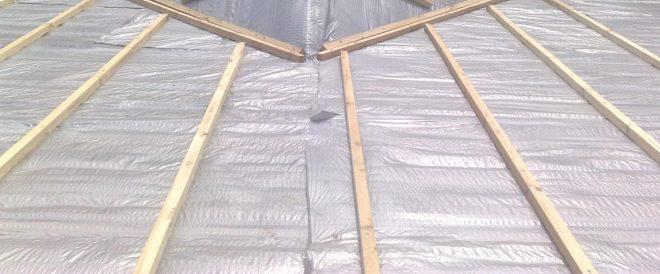 Укладка гидробарьера на крышу гаража
