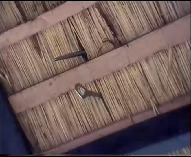 Игла и петля внутри крыши