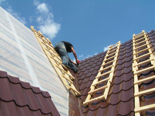 Лестницы на крыше для монтажа металлочерепицы