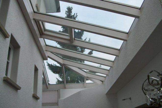 Два строения под стеклянной крышей