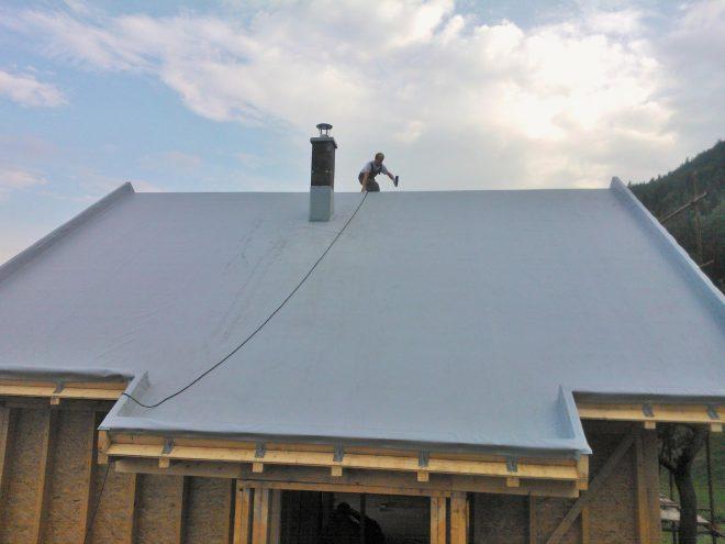 Скатная крыша с мембранным кровельным покрытием
