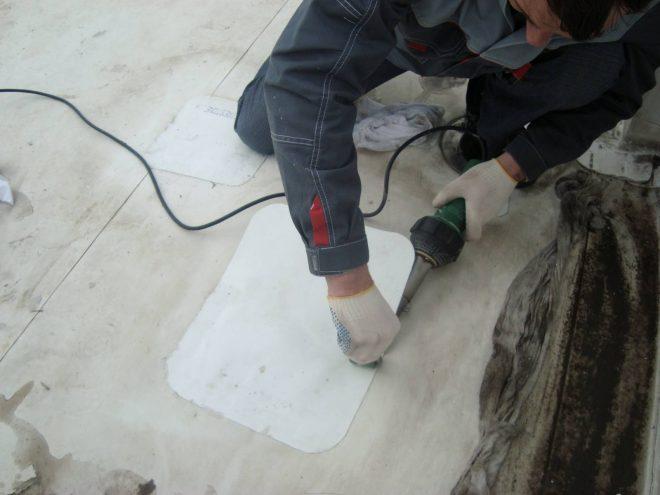 Процесс прижатия мембранной заплатки валиком