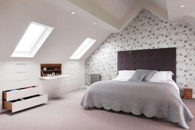 Спальня с наклонным потолком