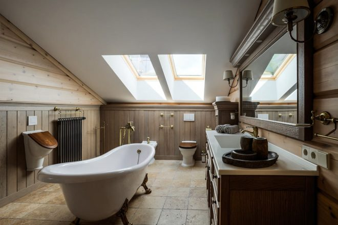 Ванная комната с наклонным потолком