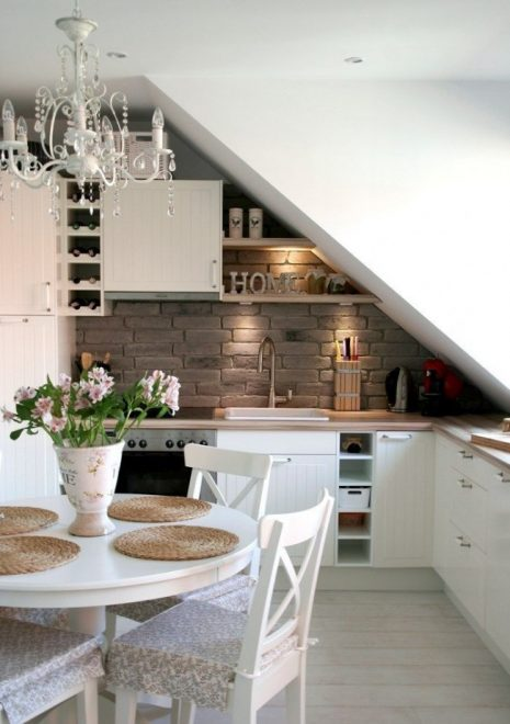 Кухня с наклонным потолком