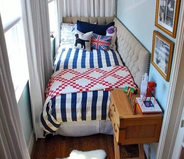 Яркий текстиль в интерьере мини-спальни