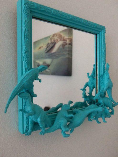рамка для зеркала из сломанных игрушек