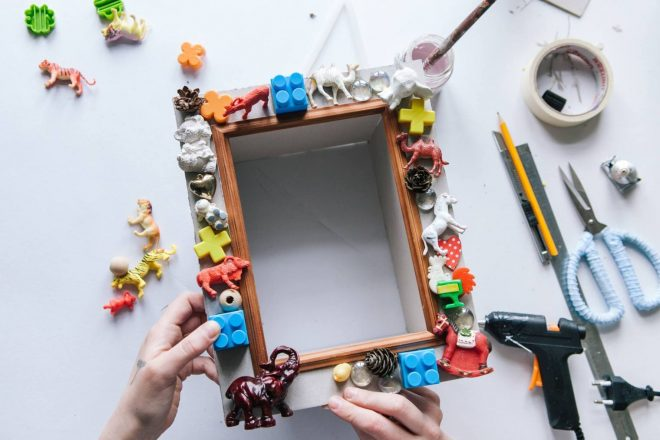 декор из сломанных игрушек
