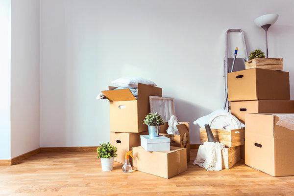 Коробки с вещами в комнате