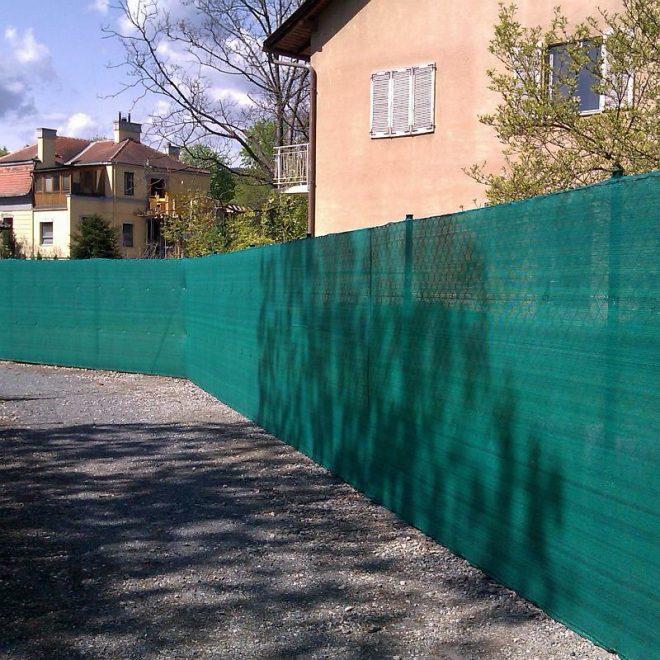 Забор, закрытый затеняющей сеткой