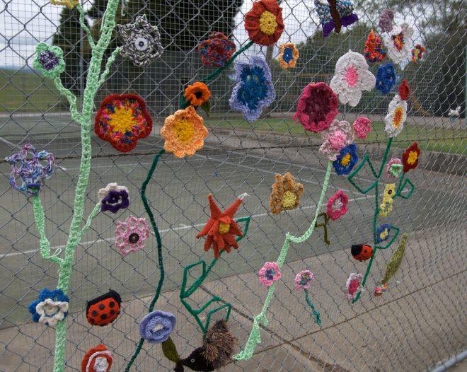 Цветы из ниток на сетке рабице