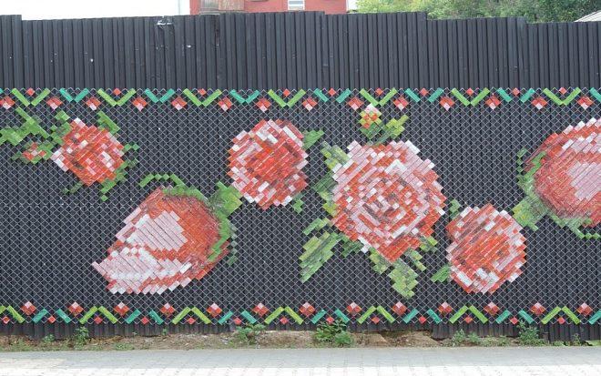 Вышивка в стиле пиксель-скотч-арт на сетке рабице