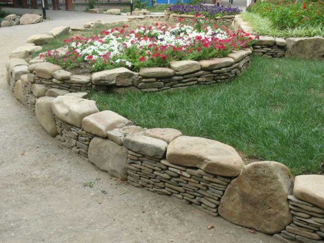 Каменное ограждение дорожек в саду