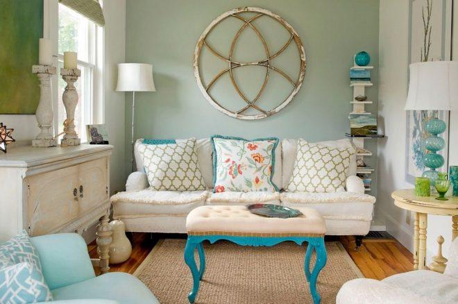 Главный элемент гостиной — диван с большими подушками
