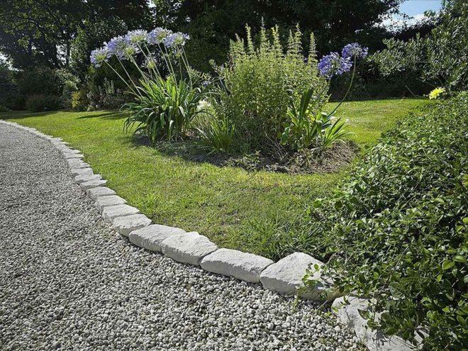 Ограждение дорожек в саду из камней