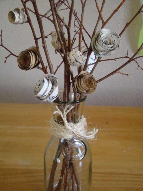 украшенные ветки в вазе