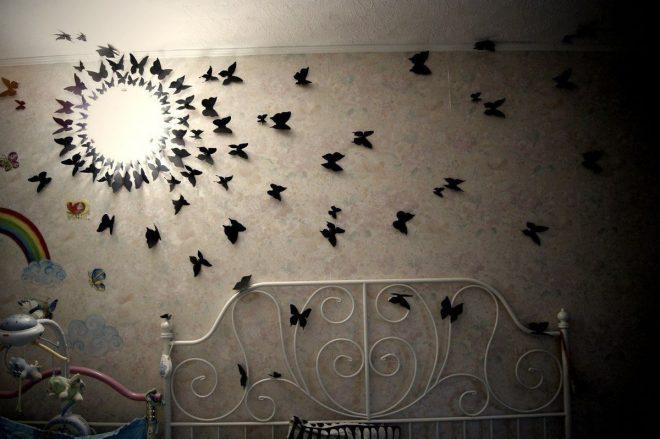 Бумажные бабочки на стене в спальне