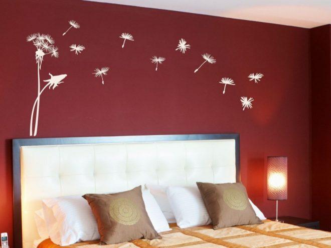 Бумажные фигурки на стене в спальне