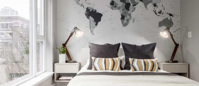 Карта мира на стене в спальне