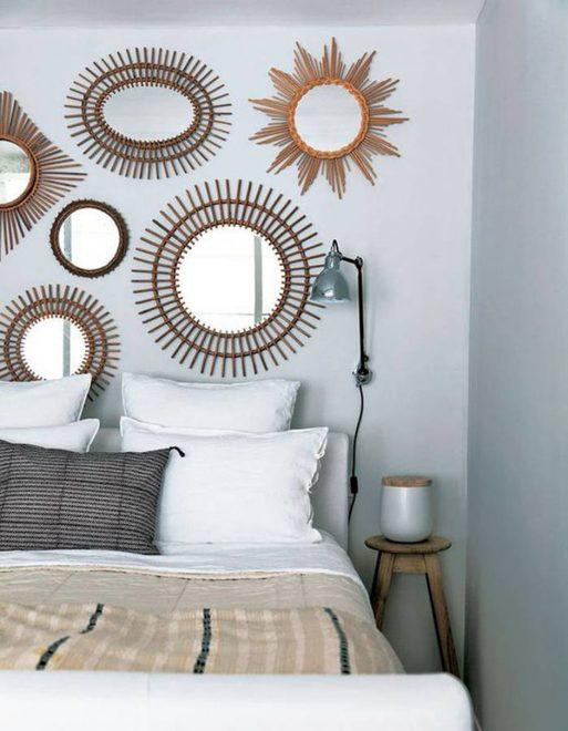 Зеркала в виде солнца над кроватью