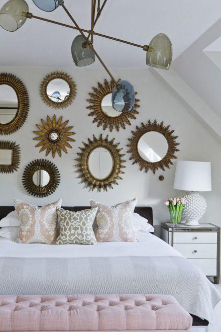 Зеркала в виде солнца над кроватью в спальне