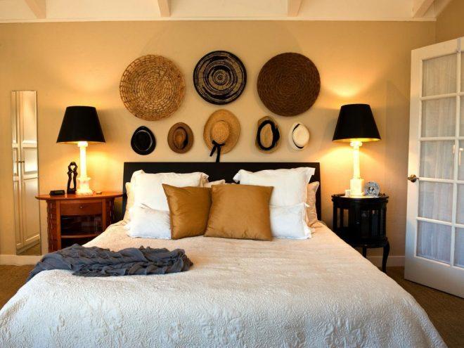 Шляпы и декоратвые элементы над кроватью