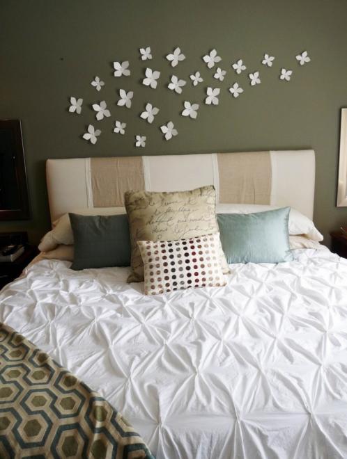 Бумажные цветы на стене в спальне