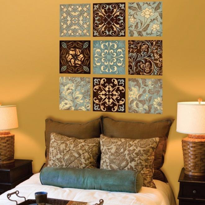 Изображения с цветочным орнаментом на стене в спальне