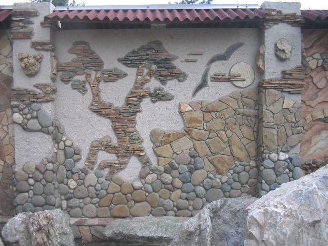 Мозаика из дикого камня в сочетании с галькой