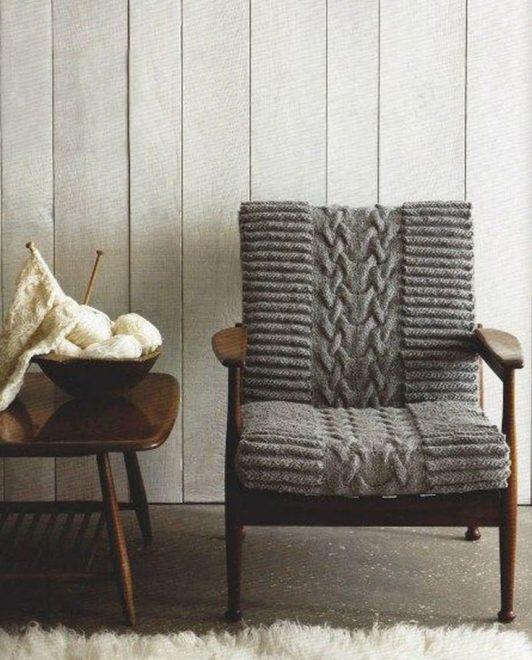 Серое вязаное кресло