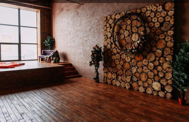 Декорирование стены древесными спилами