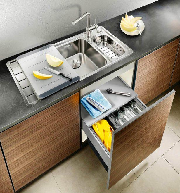 Кухонная раковина посреди рабочей поверхности