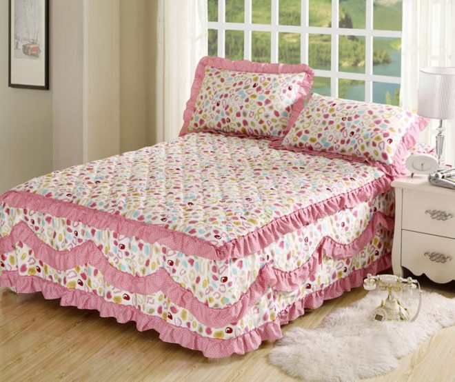 Покрывало с оборками на кровати