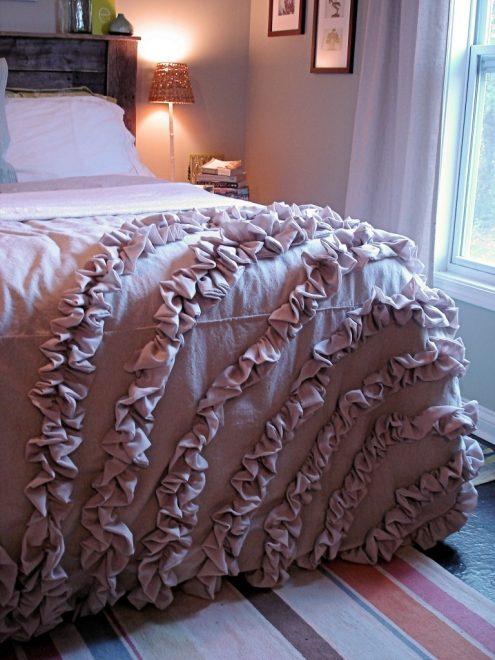 Вариант, как украсить покрывало рюшами
