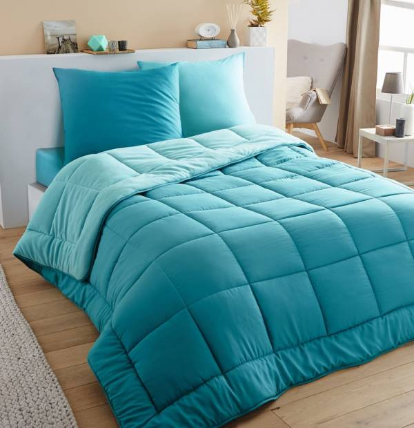 Голубое покрывало на кровати