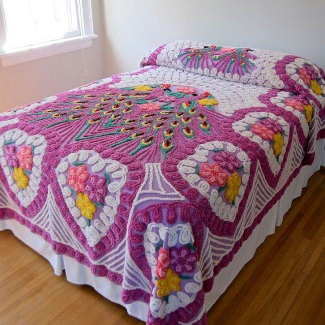 Покрывало на кровать, выполненное в технике синель