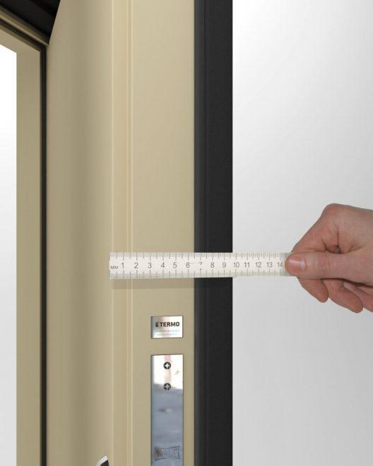 Линейкой измеряют толщину полотна двери