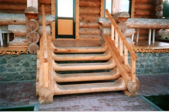 Деревянное крыльцо в доме