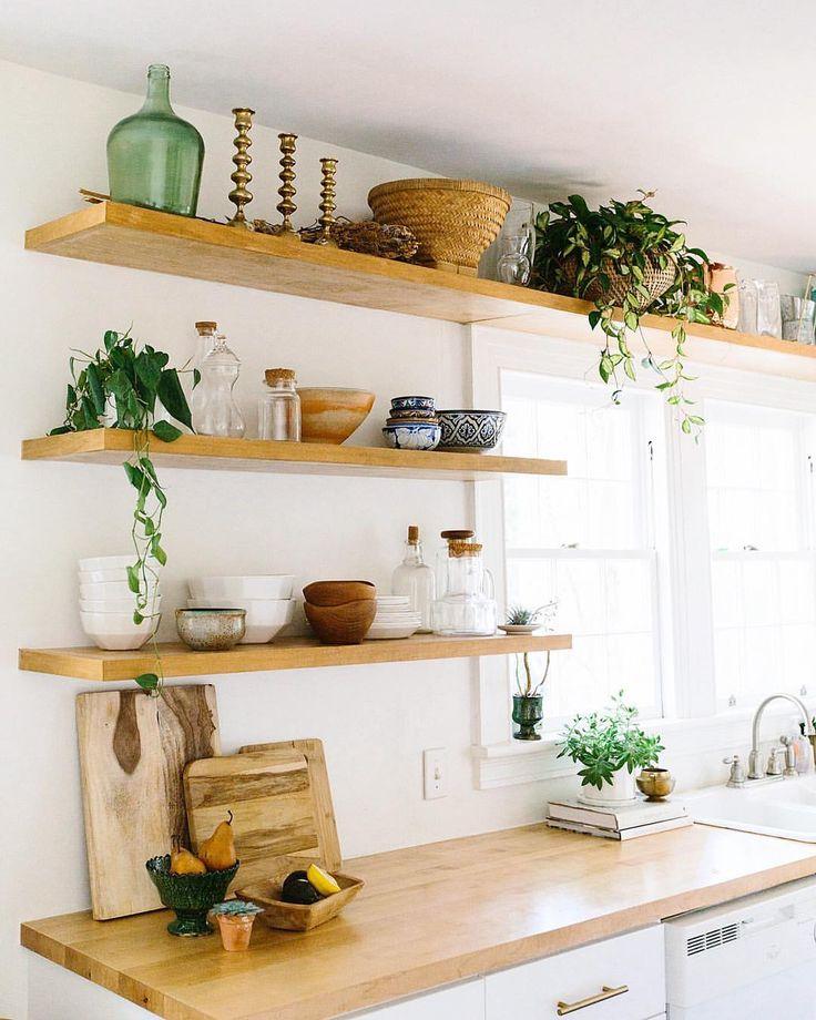 полки вместо подвесных шкафов на кухне фото чей
