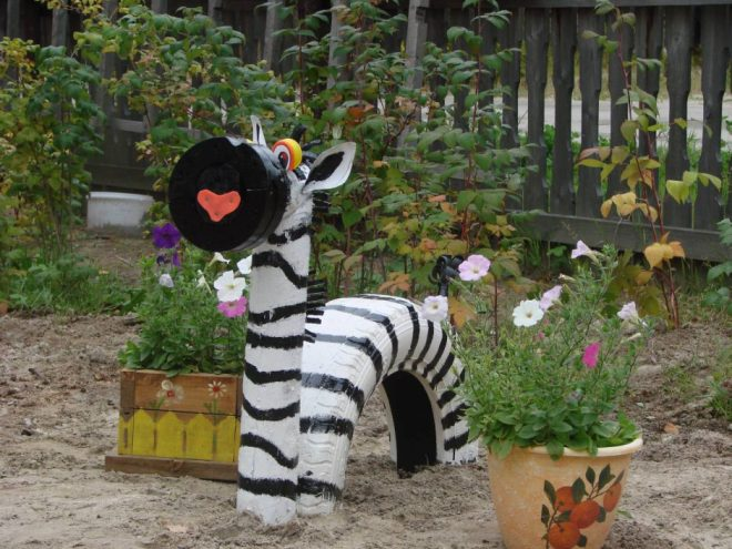 Зебра из покрышек